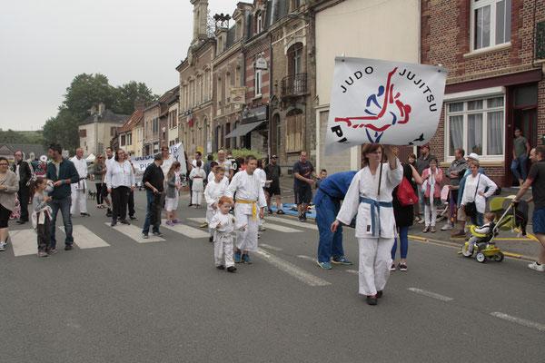Le judo-club de Picquigny a participé au défilé en musique.