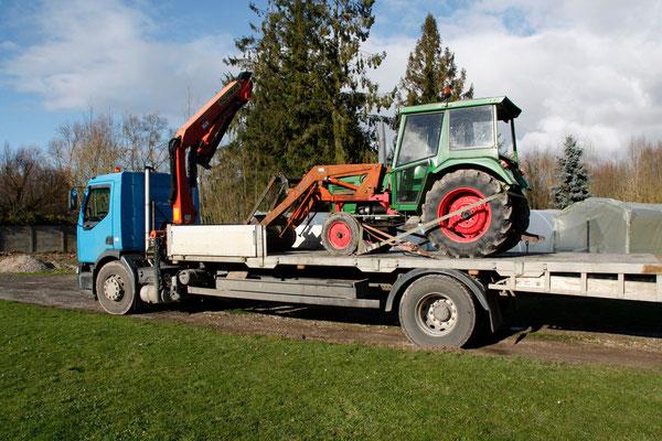 Après 40 ans de bon et loyaux services, le vieux tracteur s'offre un voyage sur un plateau.
