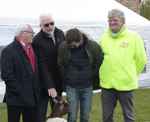 MM. Lognon, Stoter et Plez devisant avec l'invité d'honneur, le chevreau Bitnic