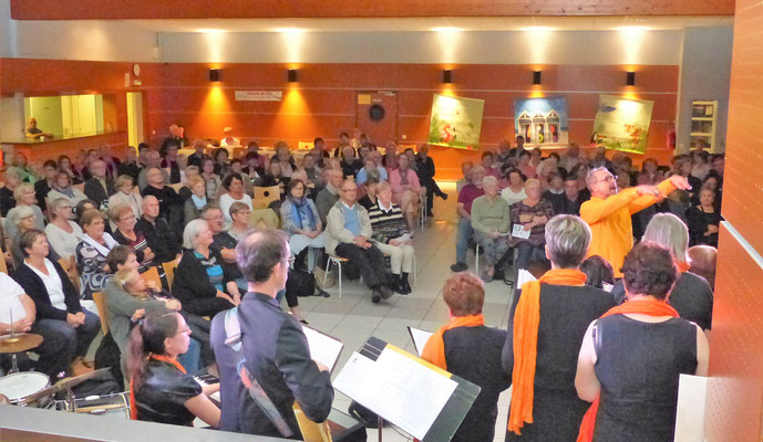 L'ambiance était à la chanson et à la fête avec trois chefs de chœur particulièrement dynamiques.
