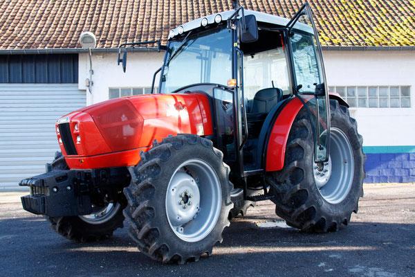 Le rutilant remplaçant du veux tracteur à son arrivée aux ateliers communaux.