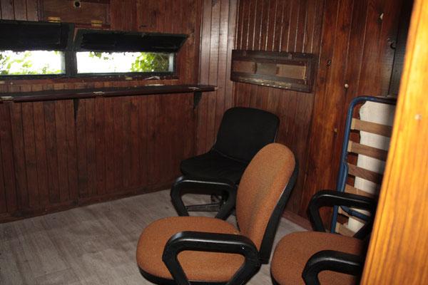 L'intérieur de la hutte : le pas de tir.