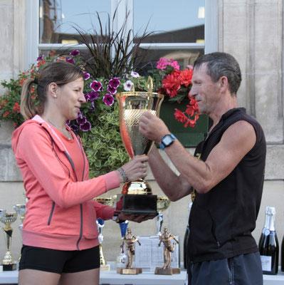 Jean-Marc HERLEIN remet la coupe du challenge à Mélanie DOUTART