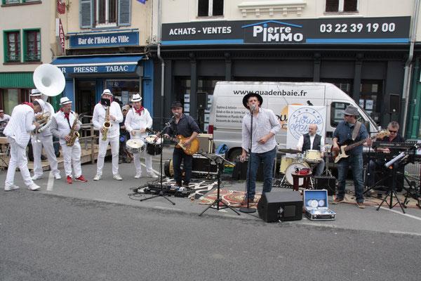 """- Le groupe House of Blues interprète un morceau en commun avec les musiciens de la """"Bandalarache""""."""
