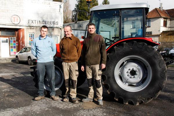 Adrien, Patrick et Christophe ont été initiés au maniement du nouveau tracteur.