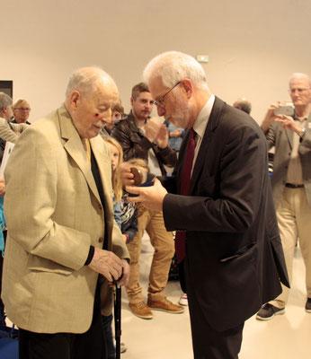 Jean-Jacques Stoter, remet la médaille départementale à M. Jean Maerten.