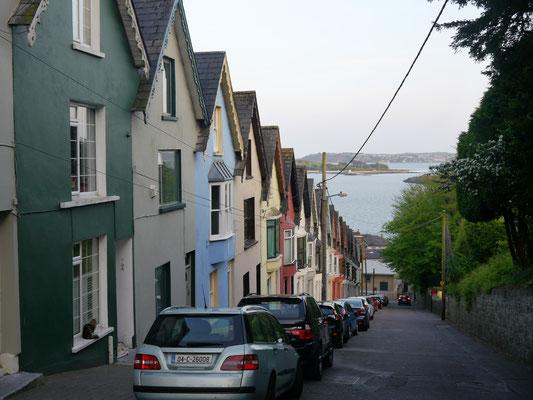 Straßenzug in Cobh, einem Städtchen am Cork Harbour.