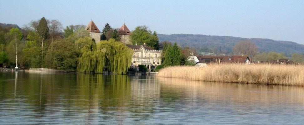 Schloss Gottlieben am Seerhein. Dieses tolle Bauwerk hat mich zu Schloss Untersee, einem Hauptschauplatz des Romans, inspiriert. Das fiktive Schloss befindet sich ein paar Kilometer weiter westlich, am Ufer des Untersees.