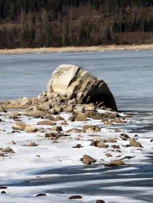 """""""Auf der Insel, am Rande zum Wasser, befand sich ein großer Felsen, der jetzt ganz im Trockenen lag. Dort wollte er sie beisetzen."""""""