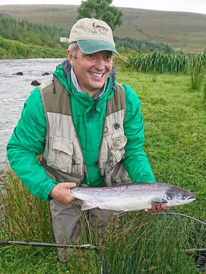 So einen herrlichen Lachs fängt Marc Wegener im Cumeragh River.