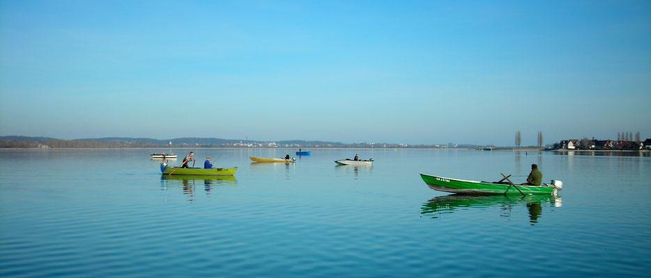"""""""Fischerboote trieben um ihn herum. Er schmunzelte. Ein Fischerschwarm über den Fischschwärmen. Das Wasser war tiefblau, die Boote leuchteten grün, rot, gelb und weiß in der Sonne."""""""
