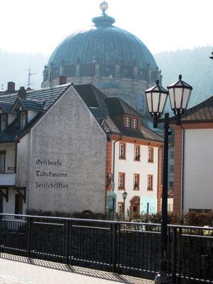 """""""Das in einem breiten Tal liegende Schwarzwaldstädtchen Sankt Blasien wurde von einem gewaltigen Dom beherrscht, dessen Kuppel zu den größten der Welt zählte. Sie war von fast überall zu sehen. Jedes andere Gebäude wirkte klein und nichtig."""""""