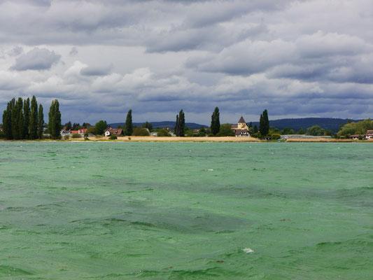 Noch einmal die Reichenau, bei Sturm. Der Wind klärt die Luft und bringt die Farben zum Leuchten. Drüben am Ufer hat der Fischer Konrad Kaltenbacher, eine der Hauptfiguren des Romans, sein Fischerhaus.