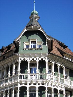 """""""Die Praxis von Dr. Weiß war in einem alten, frisch renovierten Haus im Schweizer Stil untergebracht. Es war mit grünen Holzschindeln verkleidet, davor prangten weiße Holzbalkone mit schmucken Balustraden und Säulen."""""""
