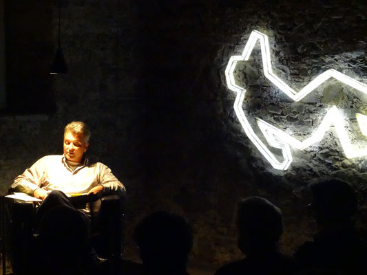 Der Autor mit Lichtinstallation von Veronika Dierauer. Foto: Felix Lieberherr.