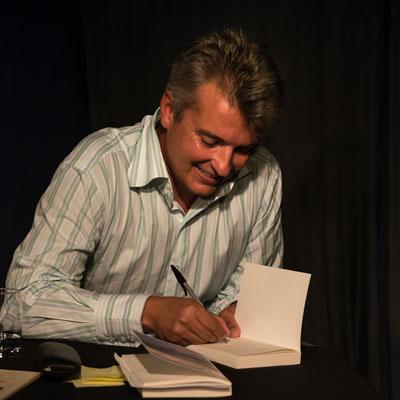 Signieren und mit den Lesern sprechen macht immer Spaß. Foto: Helmut Bär.