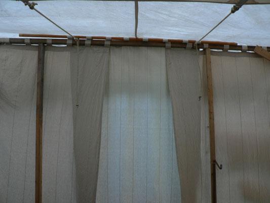 So in etwa, werden die Vorhänge beim nächsten Mal auch nach unten hin stabilisiert. Nur eben keine Schlaufen, sondern ein Tunnel.