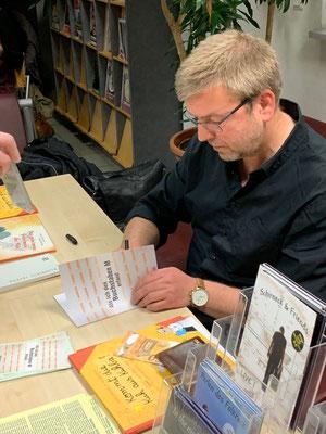 Hubert Schirneck beim Signieren