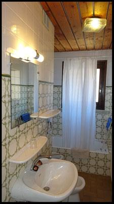 Salle de bain baignoire et wc non séparés
