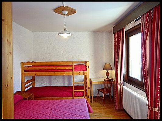 chambre  lit 2 pers + 2 lits superposés