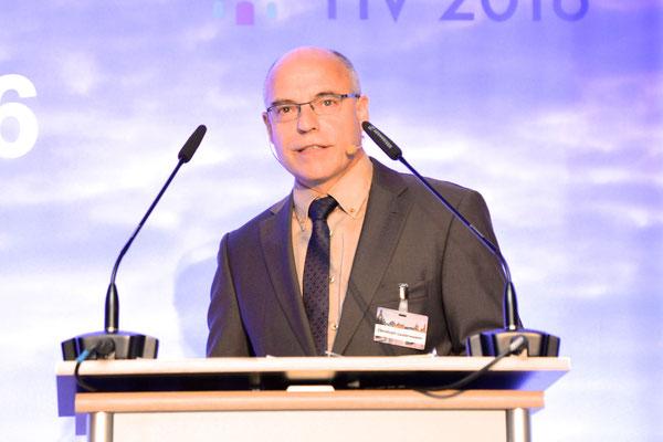 """Dr. Christoph Lauterwasser: """"Viele Unfälle passieren nachts oder in der Dämmerung. Deshalb sind Schweinwerfer, die helfen, das zu verhindern, ein wichtiges Thema."""""""