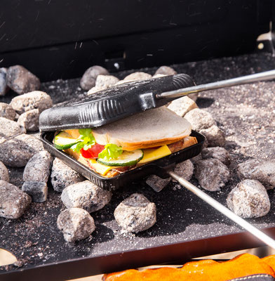 Sandwicheisen aus Gusseisen in der Glut