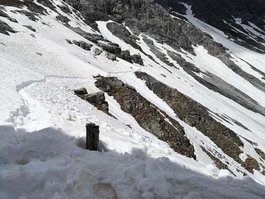 Die Bergführer veruschen den weiteren Weg zur Payerhütte frei zu machen und eine Spur zu schaufeln und zu treten