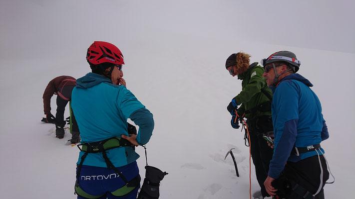 Kurze Pause nach dem Queren vom Grat zum Bärenloch. Links die Dreierseilschaft mit Andreas und Andrea (Hagen fotografiert) und rechts Roland und ich als Zweierseilschaft