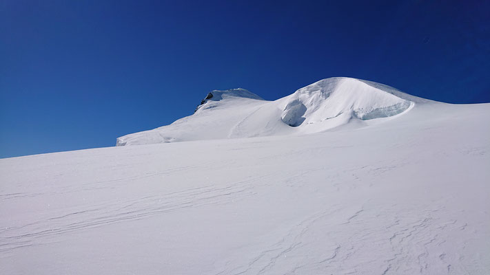 Ab hier steigt die Motivation noch einmal deutlich an, man kann das Gipfelkreuz in der Ferne erkennen.