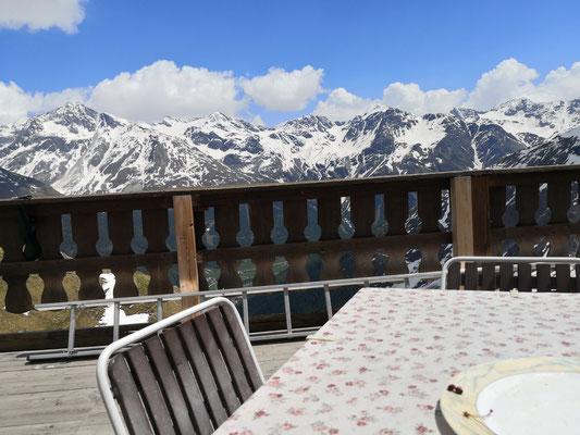 Bei sonnigen Wetter, klarster frischer Luft und herrlichem Ausblick ist das Essen auf der Terrasse ein Genuss für wirklich alle Sinne