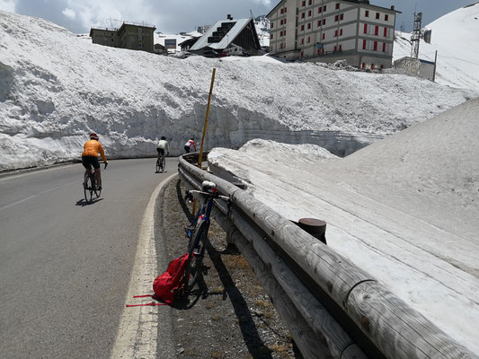 Meterhoher Schnee am Straßenrand Mitte Juni
