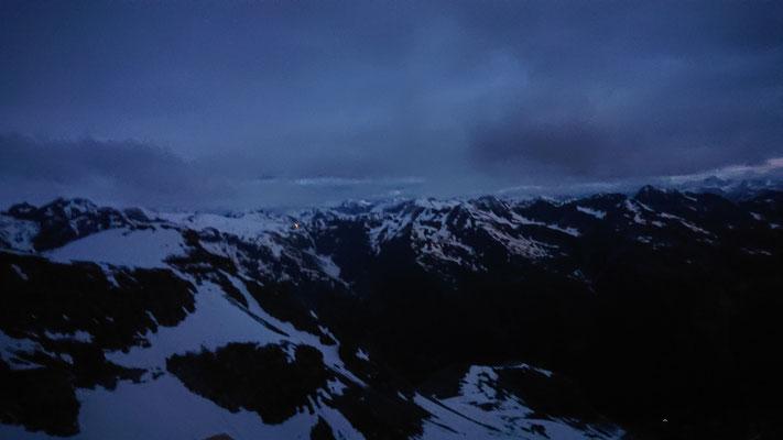 Morgens 04:43, es geht los noch im Dunkeln kurz vor der Morgendämmerung