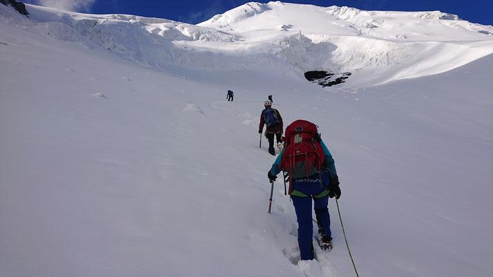 Roland und ich gehen vor und stapfen vorneweg und die Spur in den Neuschnee