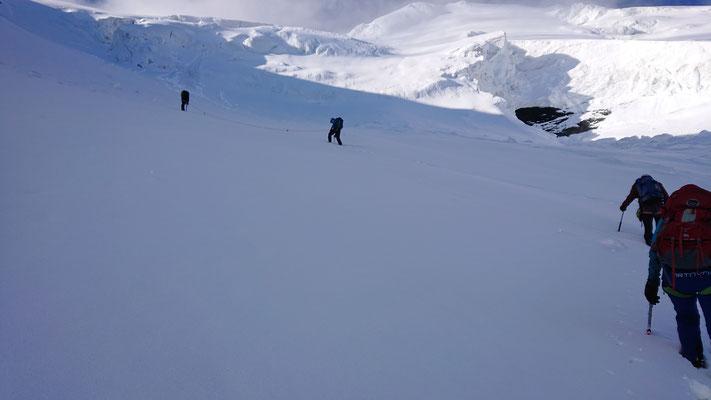 Es geht nach links hoch, Richtung Lombardi-Biwak. Im Sommer muss hier ein Felsriegel überklettert werden, jetzt ist es nur steil und anstrendend im Neuschnee