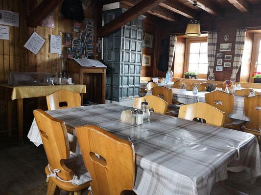 Der Gastraum der Payerhütte