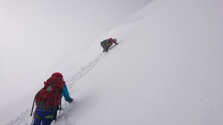 Die steilste Stelle oberhalb des Lombardi-Biwaks ab dem zwischenzeitig die andere Seilschaft abwechselnd geführt und Spur gestapft hat. Hier gehen wir vorbei, mit Frontzacken und Pickel direkt steigen geht schneller als vorklettern und nachsichern