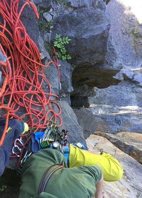 Simon, nun auch am ersten Standplatz angekommen, übernimmt jetzt den Vorstieg zum oberen Standplatz und wird dann von dort meinen Nachstieg sichern