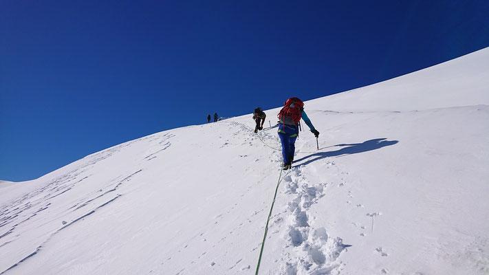 Jetzt wird es wieder flacher, rechterhand kann man eine große noch mit Schnee vom Winter überbrückte Gletscherspalte erkennen