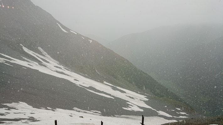 Blick aus dem Fenster der Tabarettahütte, es schneeregnet nun auch noch am frühen Nachmittag