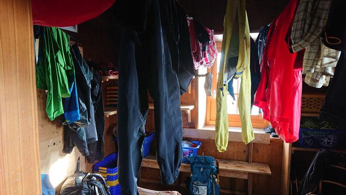 Der Trockenraum der Payerhütte ist voll belegt und die Luftfeuchtigkeit bei 100%
