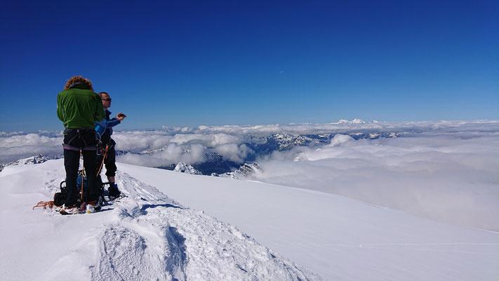 Geschafft, Gipfelsieg und mittlerweile herrlich blauer Himmel und tolle Weitsicht
