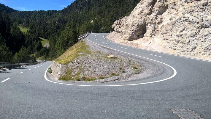 ... auf breitem Pfad mit gutem Belag. Bergab schön rund (und schnell) zu fahren.