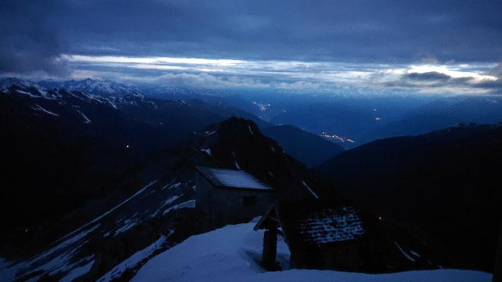 Der Blick runter in den Vinschgau Richtung Reschenpass, der Reschensee ist in der Ferne zu sehen.