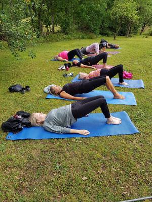 Yoga i trädgården innan ridning