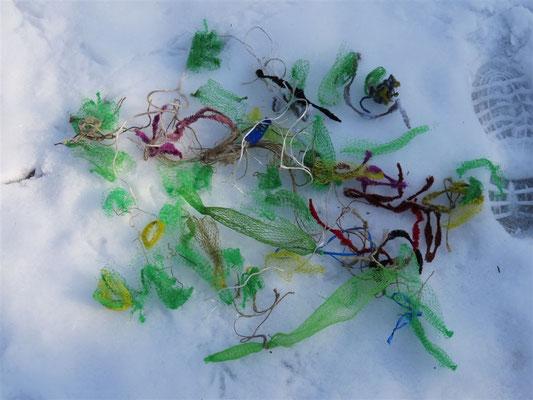 Leere Meisenknödelnetze sind Abfall, der nicht verrotten kann.