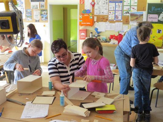 Unter anderem haben die Schüler zusammen mit dem NABU Vogelnistkästen gebaut.