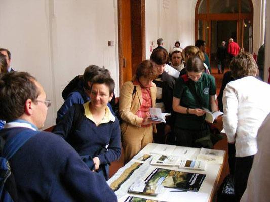 Der Literaturstand war gut besucht - hier gab es natürlich auch zahlreiche Informationen zum Auwaldtier 2011.