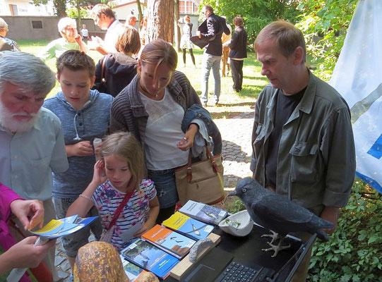 Kleine und große Besucher informierten sich am NABU-Stand über das Projekt.<p/>Foto: Karsten Peterlein
