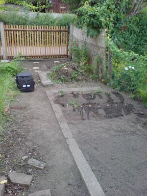 Im Vordergrund unser kleines Beet für den Anbau von Gemüse, dann kommt der noch zu bauende Kompost und dahinter das Kräuterbeet.