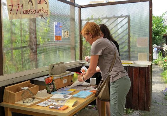 Bei dem Besuch in der Pflegestation gab es auch Informationsmeterial des NABU, beispielsweise zum Gebäudebrüterschutz.</p>Foto: Beate Kahl